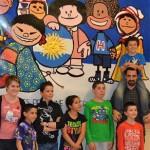 Les enfants apèrs avoir réaliser une fresque sur le thème de Mafalda